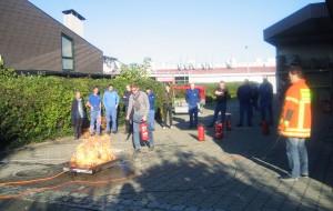 Im praktischen Teil der Brandschutzhelfer Ausbildung lernen die Teilnehmer den Umgang mit dem Feuerlöscher.