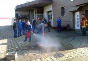 Die Ausbildung zum Brandschutzhelfer beinhaltet Theorie und Praxis